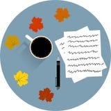 La tabla con una taza de café empapela la pluma y las hojas de arce Imágenes de archivo libres de regalías