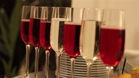 La tabla de banquete con la decoración, el camarero abre una botella de vino, un banquete en un restaurante, interior del restaur almacen de metraje de vídeo