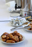 La tabla de banquete del abastecimiento con bocados de la comida, las tortas, el café y las desnatadoras cocidos del café, servic Fotos de archivo libres de regalías