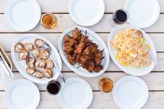 La tabla de cena con la carne de la barbacoa taja y ensalada Foto de archivo