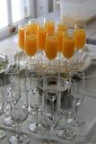 La tabla de comida fría con los vidrios llenó del zumo de naranja Imagenes de archivo