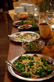 La tabla de comida fría en un evento de lujo se separó con una variedad de discos de la carne fría Fotos de archivo