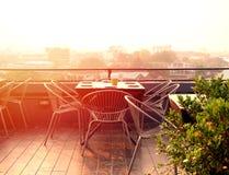 La tabla de Dinning fijó en el tejado que miraba abajo de la opinión de la ciudad colorido Fotografía de archivo libre de regalías