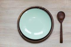 La tabla de la elegancia fijó con la placa de la turquesa en tablero de madera montante rústico Visión superior imagen de archivo libre de regalías