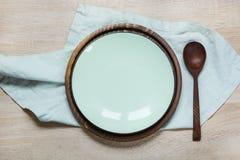 La tabla de la elegancia fijó con la placa y las servilletas de la turquesa en tablero de madera montante rústico Cena romántica  imagen de archivo