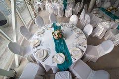 La tabla de la elegancia puso para casarse en la opinión superior de la turquesa Fotografía de archivo libre de regalías