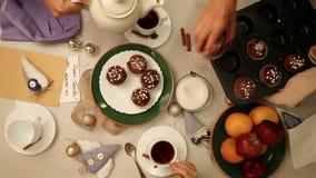 La tabla de la familia que recolecta con té y los molletes desayunan almacen de metraje de vídeo