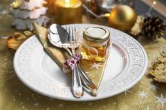 La tabla de la Navidad fijó con el regalo del tarro de la miel para las huéspedes Foto de archivo