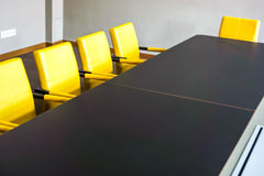 La tabla de la sala de reunión se fija para la reunión general Imagen de archivo libre de regalías