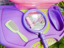 La tabla de los ni?os para el colorante del pelo y del labio, el maquillaje de los ni?os El sue?o de bellezas jovenes imagenes de archivo