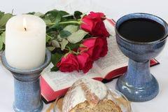 La tabla de los señores: símbolos cristianos - vino y candlessitck fotos de archivo
