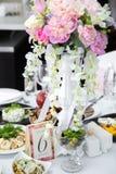 La tabla de lujo fijó para casarse con las flores y el número 6 Imagen de archivo