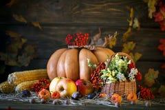 La tabla de madera adornó salvaje con las flores por las calabazas y las hojas de otoño Fondo del otoño Día feliz de la acción de Fotos de archivo libres de regalías