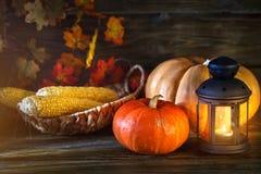 La tabla de madera adornada con las verduras, las calabazas y las hojas de otoño Fondo del otoño Schastlivy von Thanksgiving Fotografía de archivo libre de regalías