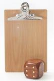 La tabla de madera de los dados de madera delante del boletín imagen de archivo