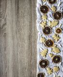 La tabla de madera, la derecha es osos presentados de la gente de las liebres de los corazones del árbol de las tortas del pan de Foto de archivo