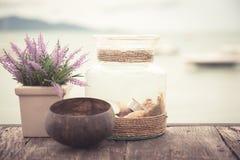 La tabla de madera en el café de la playa con los accesorios del estilo del vintage en el estilo de Provence en colores en colore Fotos de archivo