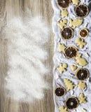 La tabla de madera se asperja con las tortas de especia del jengibre de la harina Imágenes de archivo libres de regalías