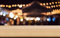 La tabla de madera vacía delante del extracto empañó backgrou festivo imagen de archivo