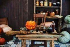 La tabla de madera vieja, hallowen la calabaza, las hierbas secadas y las botellas, una visión superior, en el estudio, por la ta Imagen de archivo