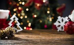 La tabla de la Navidad borrosa enciende el fondo, escritorio de madera en el foco, tablón de madera de Navidad, empaña el sitio c imagenes de archivo