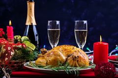 La tabla de la Navidad se sirve con un pavo, adornado con malla brillante imagenes de archivo