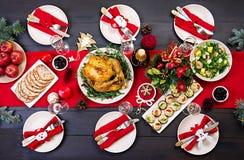 La tabla de la Navidad se sirve con un pavo, adornado con malla brillante fotos de archivo libres de regalías