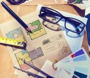 La tabla del arquitecto sucio con las herramientas del trabajo Fotos de archivo libres de regalías