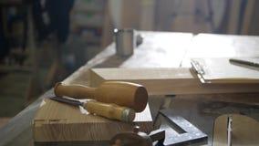 La tabla del carpintero con las herramientas almacen de metraje de vídeo