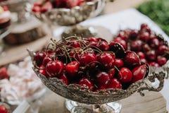 La tabla del día de fiesta de la fruta de la cereza adornó verano exterior Imagen de archivo