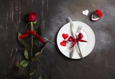 La tabla del día de tarjetas del día de San Valentín que fija la cena romántica me casa anillo de compromiso de la boda Imagen de archivo libre de regalías