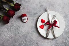 La tabla del día de tarjetas del día de San Valentín que fija la cena romántica me casa anillo de compromiso de la boda Fotografía de archivo