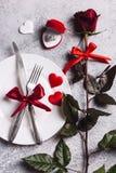 La tabla del día de tarjetas del día de San Valentín que fija la cena romántica me casa anillo de compromiso de la boda en caja Foto de archivo