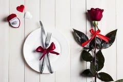 La tabla del día de tarjetas del día de San Valentín que fija la cena romántica me casa anillo de compromiso de la boda en caja Fotografía de archivo