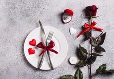 La tabla del día de tarjetas del día de San Valentín que fija la cena romántica me casa caja del anillo de compromiso de la boda Fotos de archivo libres de regalías