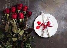 La tabla del día de tarjetas del día de San Valentín que fija la cena romántica me casa compromiso de la boda Imagen de archivo libre de regalías