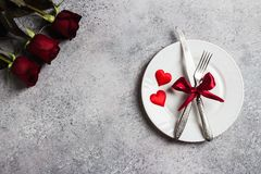 La tabla del día de tarjetas del día de San Valentín que fija la cena romántica me casa compromiso de la boda Fotos de archivo