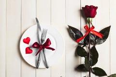 La tabla del día de tarjetas del día de San Valentín que fija la cena romántica me casa compromiso de la boda Imágenes de archivo libres de regalías