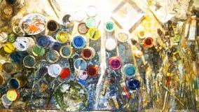 La tabla del trabajo de un artista, se derrumbó con las pinturas fotos de archivo libres de regalías