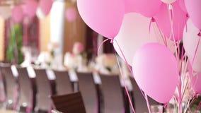 La tabla elegante de la boda o de cena del cumpleaños con impulsos metrajes