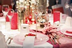 La tabla elegante fijó en suavemente rojo y rosado para la pieza el casarse o del evento imagenes de archivo