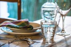 La tabla elegante fijó para dinning con los platos blancos del porcelaine, vinta Imagenes de archivo