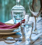 La tabla elegante fijó para dinning con los platos blancos del porcelaine, vinta Imagen de archivo libre de regalías