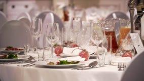 La tabla en el restaurante servido y preparado para un banquete almacen de video