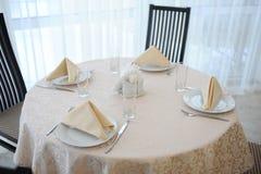 La tabla en el restaurante sirvió para cuatro personas Interior brillante Imágenes de archivo libres de regalías
