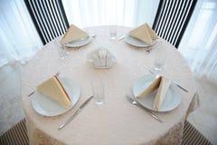 La tabla en el restaurante sirvió para cuatro personas Interior brillante Foto de archivo libre de regalías