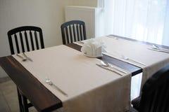 La tabla en el restaurante sirvió para cuatro personas Interior brillante Fotografía de archivo