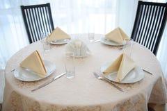 La tabla en el restaurante sirvió para cuatro personas Interior brillante Fotografía de archivo libre de regalías