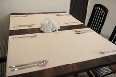 La tabla en el restaurante sirvió para cuatro personas Interior brillante Fotos de archivo