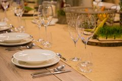 La tabla en el restaurante sirvió para varias personas con los vidrios y las placas foto de archivo libre de regalías